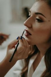 Finalisation-du-maquillage-de-Laura